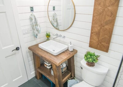 Clean and cozy bathroom that fits to save space